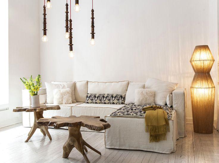 Sofá Hawaii en blanco con colchoneta de tela peruana estampada y mesas adicionales raíz. #solsken #homedesign #sofa #deco www.solsken.com.ar