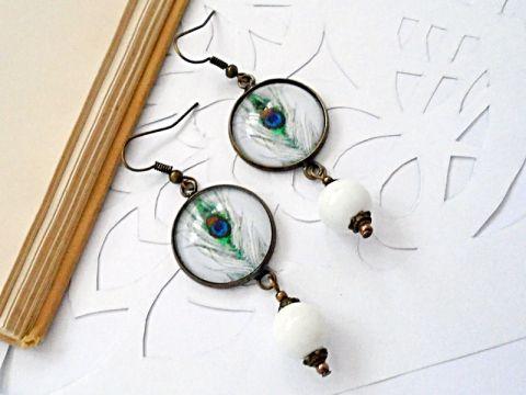Üveglencsés fülbevaló fehér alapon pávatollal, Ékszer, óra, Fülbevaló, Meska.hu earrings with peacock feather