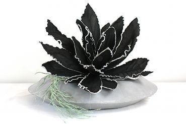 Vase Ufo in der Farbe steingrau, dekoriert mit künstlicher Pflanze und Blüte, 53 cm im Durchmesser