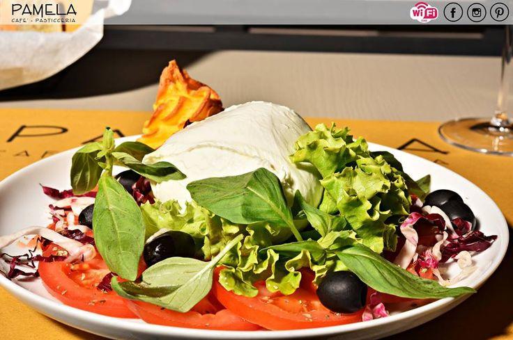 Insalata caprese, un piatto freschissimo che può essere un antipasto veloce o un leggerissimo secondo. La ricetta estiva per eccellenza! :-)  Per info e prenotazioni chiamateci allo 059 364196.  #pranzo #pasticceriapamela #modena