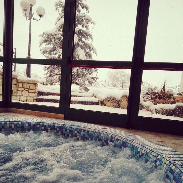 Relax è... Un caldo idromassaggio osservando la neve che scende lenta...  #valdinon #mybelsoggiorno #trentinowow
