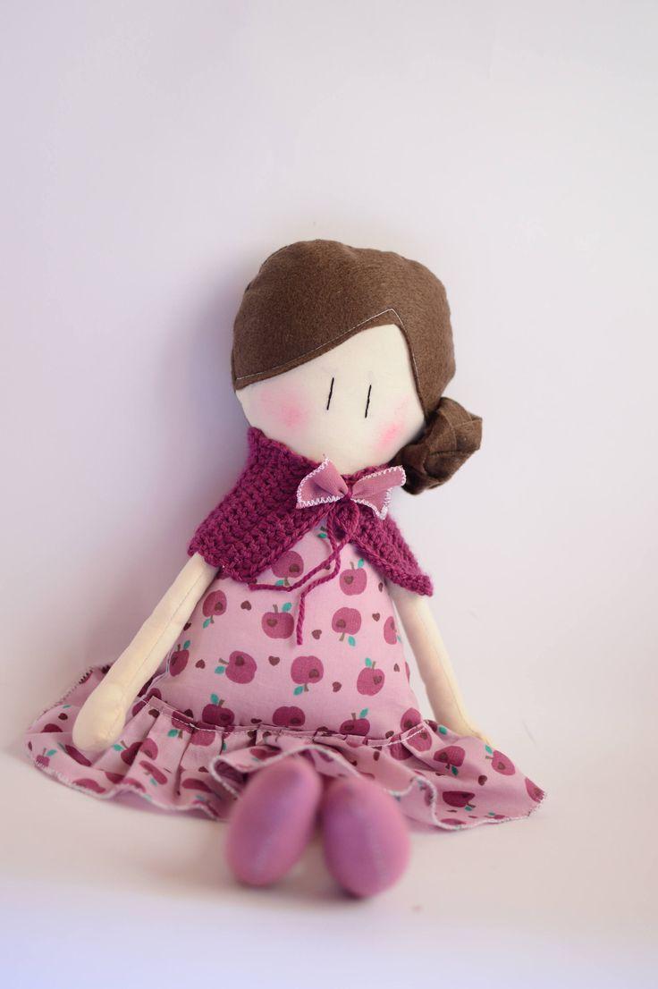 Bambola fatta a mano - Bambola in tessuto fantasia mele - Bambola di stoffa colore lilla - Bambola con vestito e sciarpa - Bambola mora di IlFioccodiIleana su Etsy