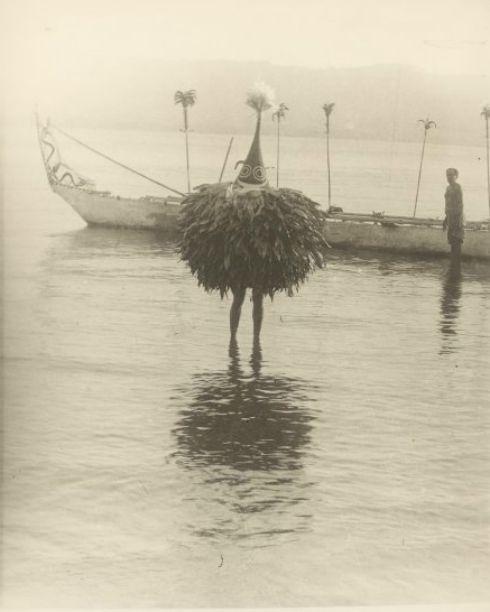 dame-de-pique:Sarah Johnston Chinnery - Dukduk walking ashore...
