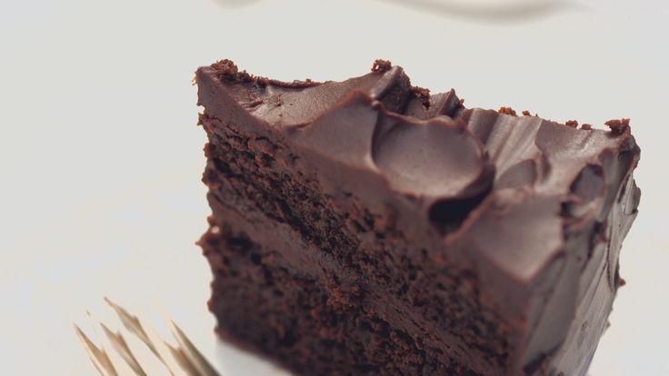 É o bolo de aniversário perfeito. Você pode preparar no dia anterior e deixar na geladeira.