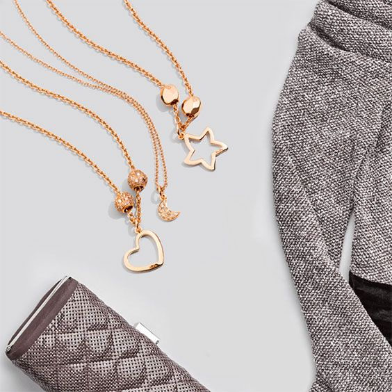 By a candlelight or by the fireplace: the Dodo Silhouette Heart and Starfish charms in rose gold are the perfect touch to your winter outfit.