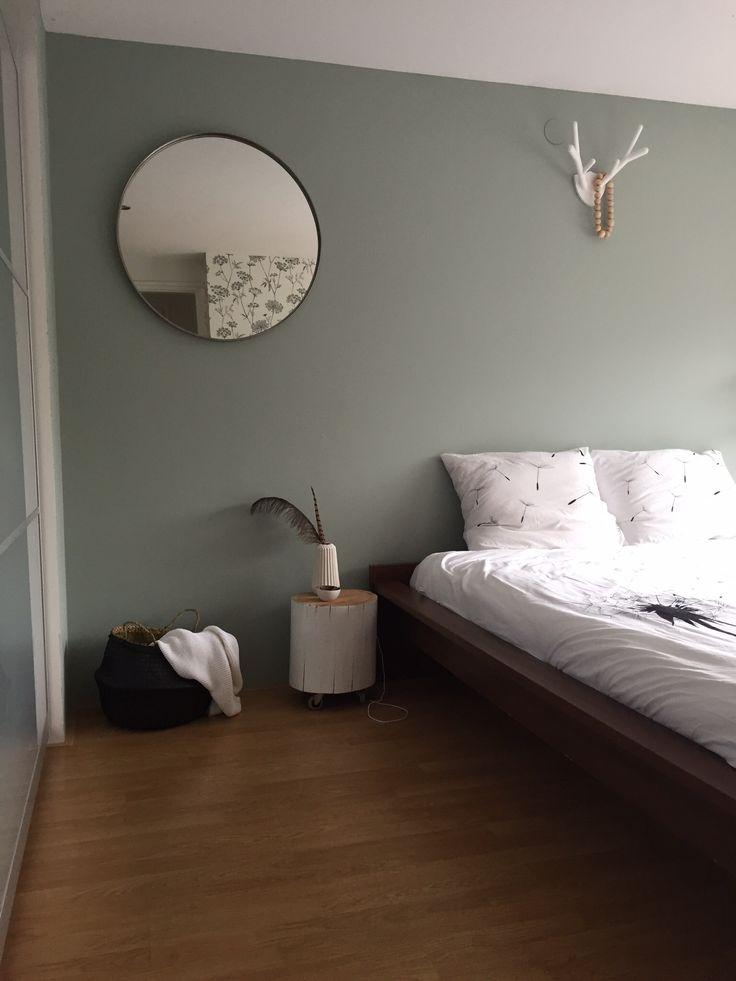 Spiegel Ikea, mand en kommetje GeWOONsfeer, houtblok en kralenketting diy, gewei HKliving, vaasje xenos. Kleur Early dew van flexa
