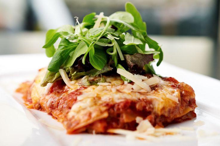 Vegetarische lasagne met tomaat, aubergine, bechamel en Parmezaan