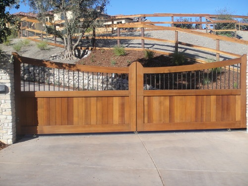 How to build a wooden swinging gate for a deck for Wooden driveway gates designs