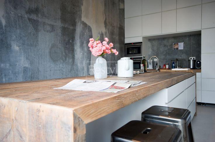 Wit, beton en hout, strak keukeneiland