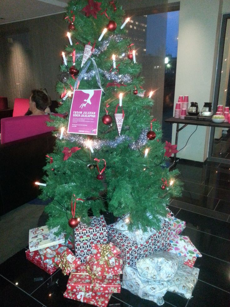 Tree with gifts at Clarion Collection Malmø - https://www.nordicchoicehotels.no/clarion-collection/clarion-collection-hotel-temperance/
