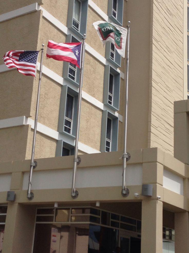 Courtyard Mariott. Foto tomada a las 10:34 am. Las banderas de Estados Unidos, Puerto Rico y la de dicho hotel. Las banderas estaban colocadas al mismo nivel en unas astas medianas y limpias.