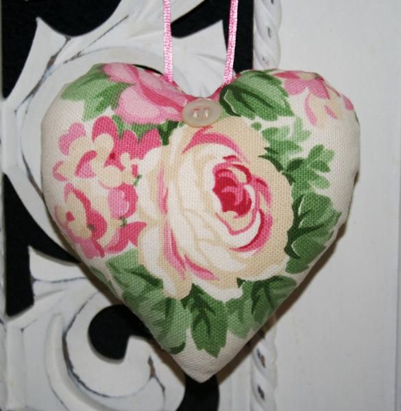 Hang over hearts - Jardin fleuri - french-hang-over-heart-pillow-roses-shabby-chic