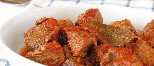 Ingredientes Receta de 3 horas de cocción Tomates perita maduros…1 kg. Cebolla…1 grande Ají morrón rojo…1/2 unidad Apio…1 rama (sin las hojas) Ajo…2 dientes Carne de vaca (peceto/falda)…500 grs. Laurel…3 hojas Vino tinto…100 ml. Aceite de oliva…c/n Sal y pimienta…c/n Procedimiento