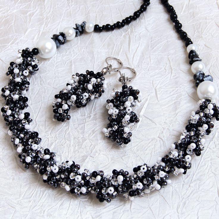 """""""Jenifer""""+–+souprava+(náhrdelník+++náušnice)+Šitá+souprava+střapatého+vzhledu,+vyrobená+z+rokajlu+Preciosa,+kamených+zlomků+a+voskovaných+perel.+Barevná+kombinace:+černá,+bílá,+stříbrná,+krystal+Zapínání+-+karabinka+(platina).+Obvod+náhrdelníku+58cm.+Délka+náušnic+(od+očka+háčku):+4cm+Zavírací+zapínání+bez+olova+a+niklu."""