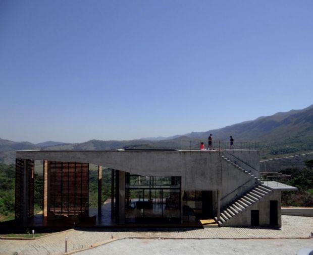 Carlos Teixeira projeta casa com piscina suspensa em Moeda, MG | aU - Arquitetura e Urbanismo