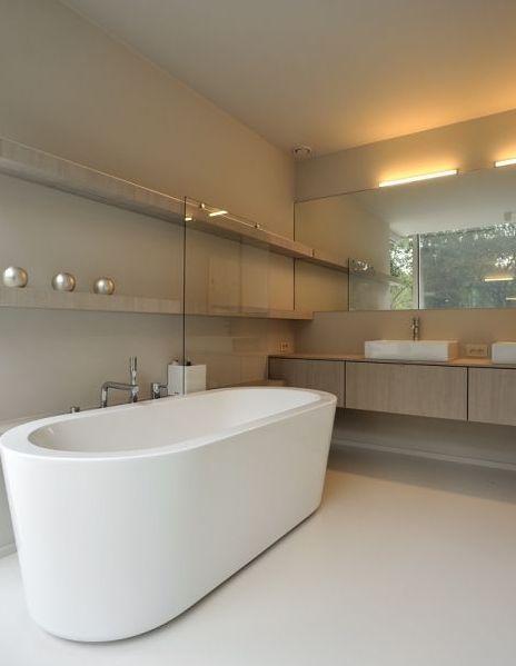 Moderne badkamer met vrijstaand bad • beton • rek • dubbele lavabo • grote spiegel • gietvloer • Architect: Sara Imbrechts