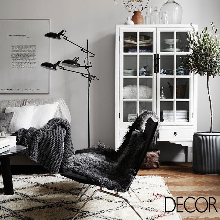 Convidativo para os dias de baixas temperaturas, o décor recebe diversos têxteis que acrescentam aconchego
