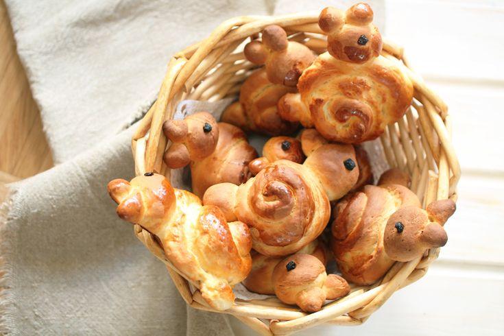 Osterfrühstück - Hasen aus Hefeteig mit etwas Sahne - http://frauzuckerstein.de/fruehstueckshaeschen-fuer-den-ostertisch/