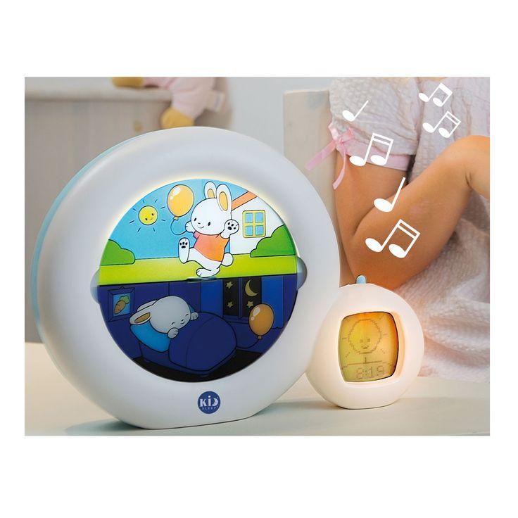 Double fonctionnalité : veilleuse et réveil. Veilleuse avec 4 berceuses, 2 mélodies, son intra-utérin et fontaine pour aider les enfants à s'endormir. Indicateur de réveil et réveil : dès 30 mois vous pouvez l'utiliser comme réveil visuel : programmez l'heure souhaitée et expliquez à l'enfant que lorsque le personnage dort et que la lune est affichée, c'est trop tôt pour se lever. A l'heure programmée le personnage passe en position réveillé et le soleil se lève, l&#39...