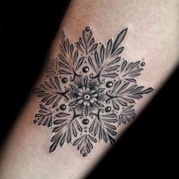 Eisblumen Tattoo in schwarz weiss