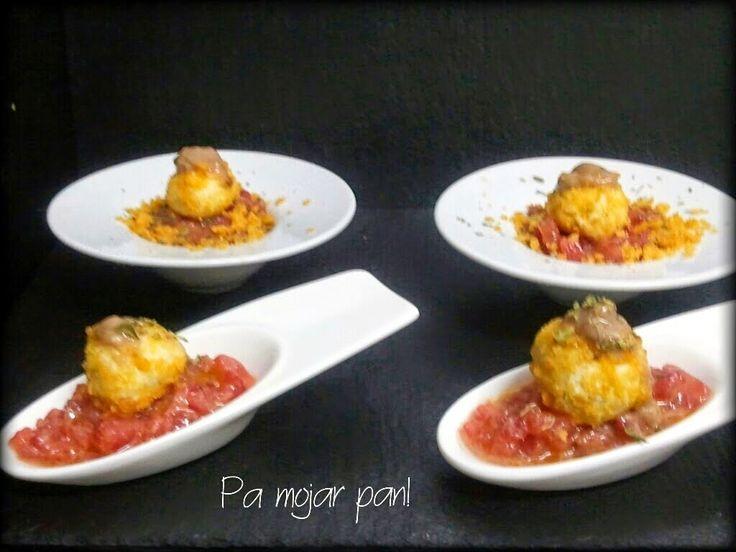 pa mojar pan!: Bombones de queso azul rebozadas con maíz frito y salsa de anchoas sobre tartar de tomate