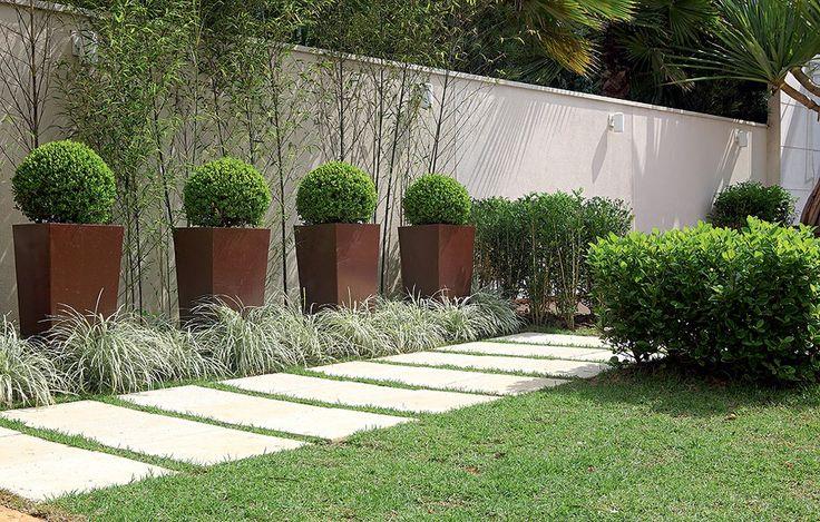 Um tapete de placas cimentícias confere um clima de verão a esta área de 6 m², projetada pelo paisagista Roberto Riscala. O entorno verdejante ficou por conta de plantas como maciços de murta e buxinhos
