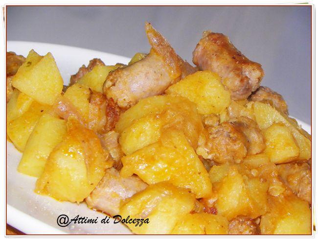 INGREDIENTI: 1 kg di patate, 500 gr di salsiccia, 3 cipolle, 1 cucchiaio di concentrato di pomodoro, olio extravergine d'oliva, sale. PROCEDIMENTO: Dopo av