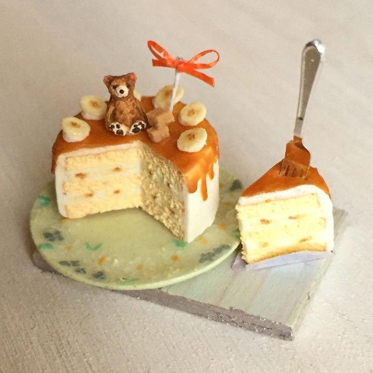 こちらはくまさんのキャラメルバナナショートケーキ。ミンネさんにて出品しています♩ #ミニチュアフード#ミニチュア#ドールハウス#ハンドメイド#樹脂粘土#食品サンプル#粘土#シマリス#カップケーキ#miniaturefood #miniature#polymerclay #bookcake #cupcakes #dollhouse #handmade