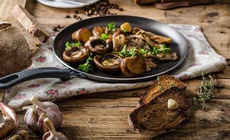 Hier finden Sie ein Rezept zur Zubereitung von Shiitakepilze mit Ingwer und Knoblauch. Der Shiitake-Pilz kann genau wie andere Pilze zubereitet werden. Er eignet sich sehr gut zum Braten im Wok, für Sossen, als Einlage in Suppen oder auch als Rohkost für Salate.