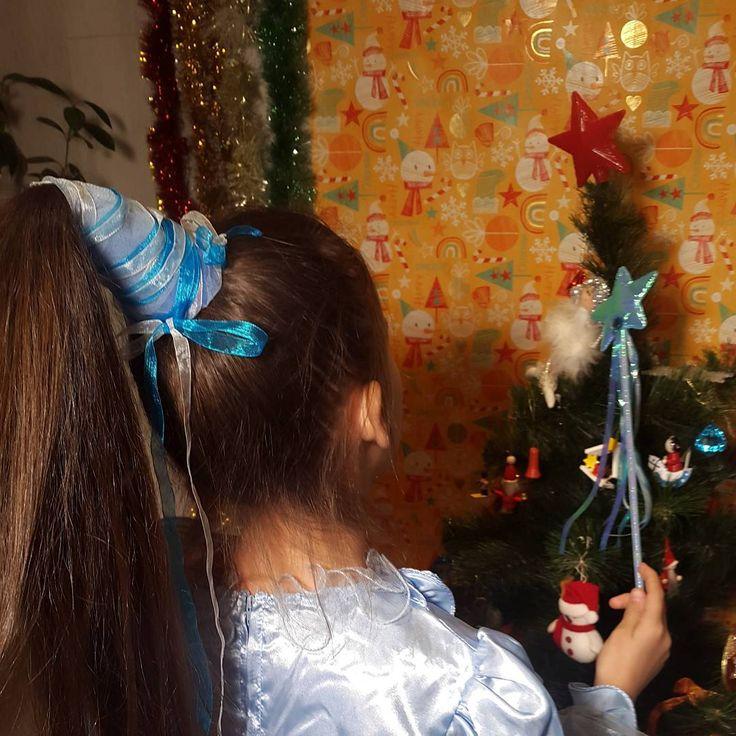 https://www.youtube.com/watch?v=NI4BdDoURpA Колпак для феи.  Эта праздничная прическа будет надежно держаться на магической голове и никогда не превратится в тыкву.