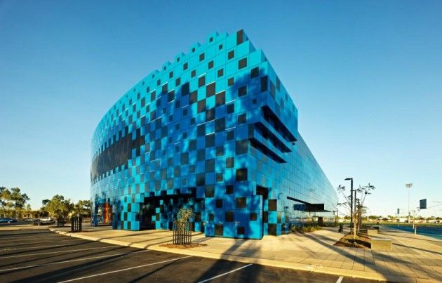 """El Estadio Wanangkura es un centro recreativo de usos múltiples de Port Hedland, en Australia. El nombre del centro fue elegido entre cientos de presentaciones locales y significa """"relámpago"""" en el idioma local Kariyarra. El nombre rinde homenaje al diseño del centro, que el arquitecto Sophie Cleland asemeja a un patrón ciclónico, la creación de un """"espejismo, un efecto de ondulación brillante en el paisaje plano"""". ¡Increíble!"""