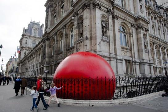 Kurt Perschke's Red Ball Project  - Le Louvre - Paris