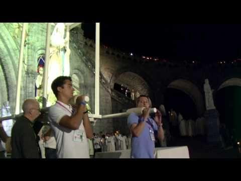 ▶ Procession mariale aux flambeaux à Lourdes, 14 août 2013, vigile de la fête de l'Assomption - YouTube