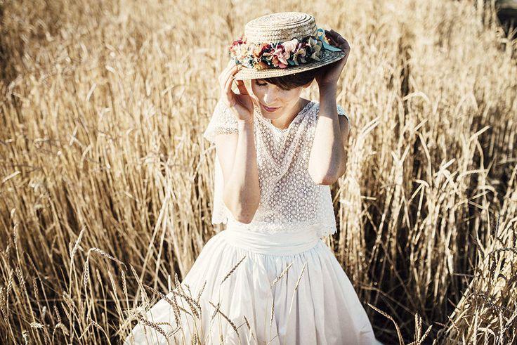 Field of dreams no es una sesión de inspiración de boda campestre más, sino que es un sueño hecho realidad.   Admiren el precioso vestido y tocado de novia que usó la hermosa modelo Niki Mair.  #Wedding #WeddingDress #VestidoDeNovia #Dress #Vestido #Tocados #TocadosDeNovia #BridalheadPieces #HeadPieces #hairstyle #sombreros #hat #bridalhat #campestre #bodacampestre