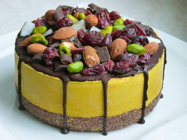 Veganer und roher Süßkartoffel Kuchen mit Schokoguss. Ganz einfach zuzubereiten ohne komplizierte Zutaten. Lecker und fettarm, das ist Healthy On Green.