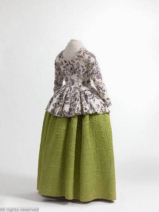 Casaquin of printed cotton, England, 1770-1790, and petticoat in quilted silk satin, 1750-1790. Jacoba de Jonge Collection in MoMu - Fashion Museum Casaquin.