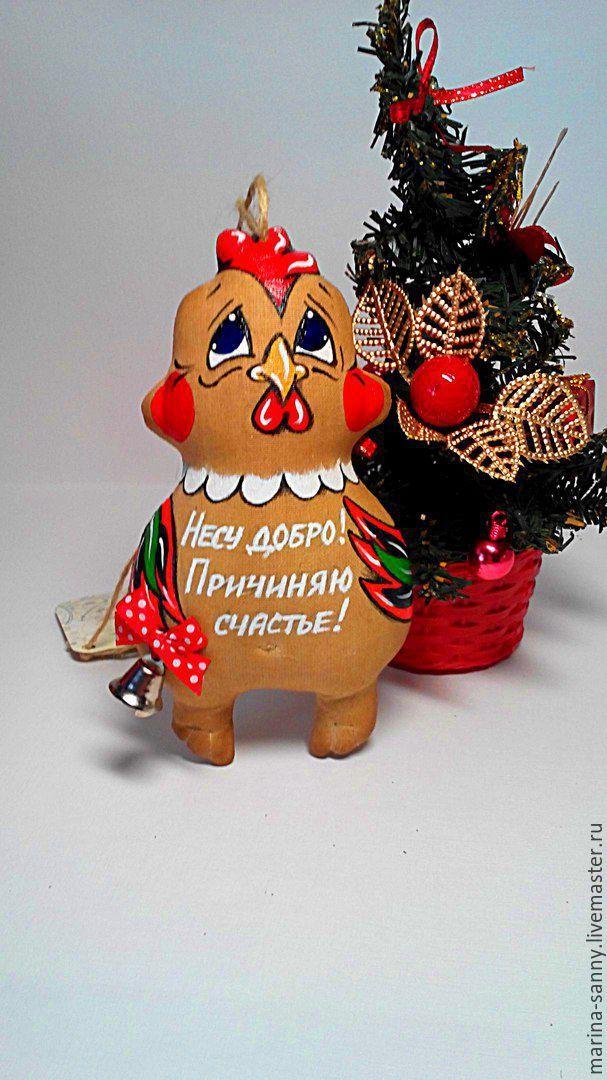 Купить или заказать Кофейный ПЕТУШОК.Символ 2017 года в интернет-магазине на Ярмарке Мастеров. Кофейный ПЕТУШОК, яркий, синеглазый символ 2017года) Станет отличным сувениром или оригинальным дополнением к основному подарку на Новый год или китайский новый год) Будет нести удачу и хранить благополучие в своём новом доме. Игрушка имеет верёвочку для подвешивания и может использоваться, как подвеска в машину. Надпись на ПЕТУШКЕ можно сделать любую на ваш вкус.