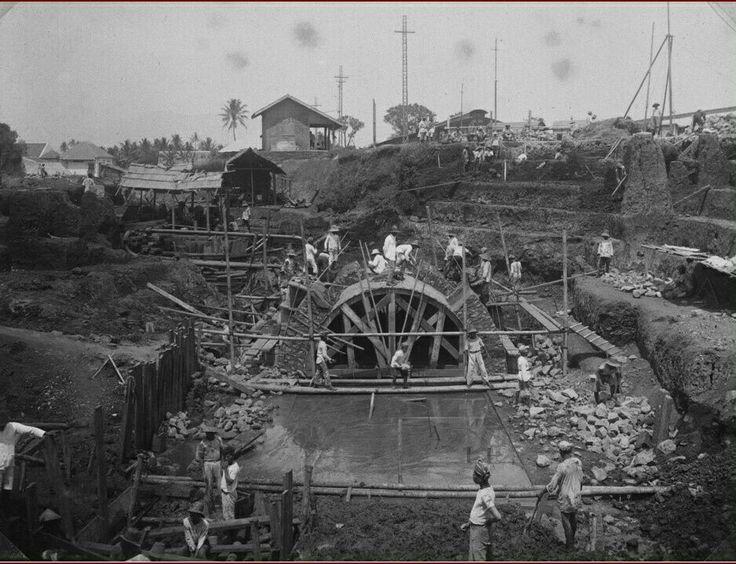 Duiker in aanbouw bij het spoorwegemplacement van de Staatsspoorwegen, Tjirojom, Bandoeng. 1923