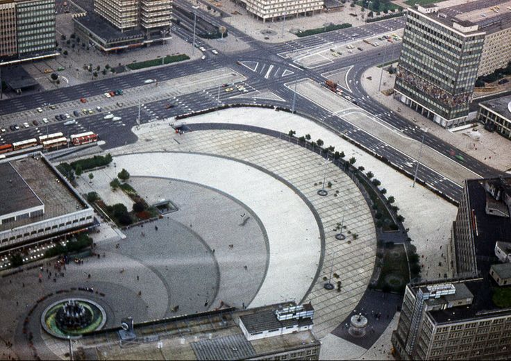 De Alexanderplatz met haar spiraalvormige bestrating in 1980