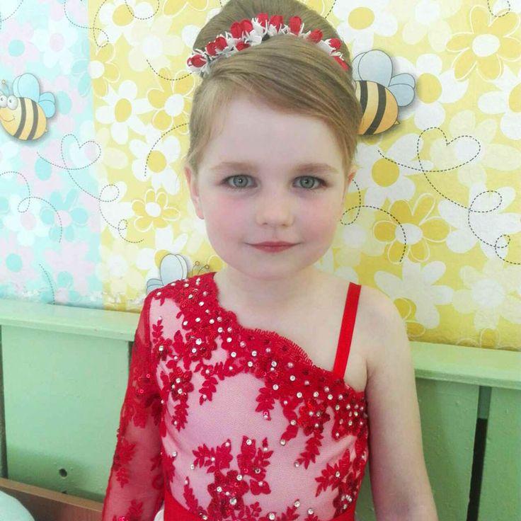 Посмотрите на эти фото - это же настоящая принцесса... почти принцесса Диана! Красота!!! Каждая девочка, даже самая маленькая мечтает быть принцессой.  А тут такой повод! Первый выпускной. Родители превратили ее мечу реальностью!  Бело-красное платье, туфельки и бело-красный венок сделанный в нашей студии на заказ сделали из простой девочки настоящую принцессу.  Если вам также нужно дополнить образ яркими и оригинальными аксессуарами - обращайтесь ТЦ Мега п.240 (3 этаж) с 10 до 19 +375…