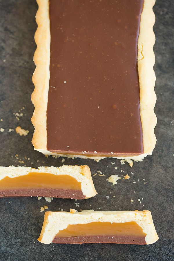 Twix Candy Bar Tart  #recipe // This tart has a shortbread crust base, which is awesome because it has a maintenance level of zero. No rolling out. No crimping. Just mix up the dough and press it into the tart pan