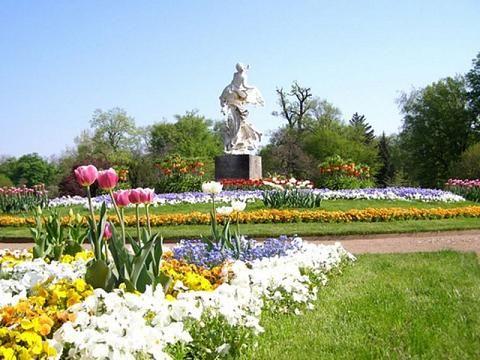 Erleben Sie im Großen Garten Dresden den Wandel der Jahreszeiten, tanken Sie Ruhe und Kraft oder erkunden Sie den Park mit einer Fahrt in der Dresdner Parkeisenbahn.
