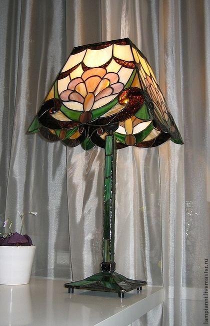 Купить или заказать Лампа 'Волшебный цветок' вариант2 в интернет-магазине на Ярмарке Мастеров. Абажур и основание этой лампы выполнены из витражного стекла в технике Тиффани. Одна лампочка до 60 Вт.Мягкий свет создаст уютную атмосферу в комнате. При желании лампу можно разместить на рабочем столе, она дает достаточно света , 'не бъёт в глаза' и просто улучшает настроение. Отличается от подобной www.livemaster.ru/item/1583543-dlya-doma-interera-lampa-volshebnyj-tsvetok, верхом абажура - см.