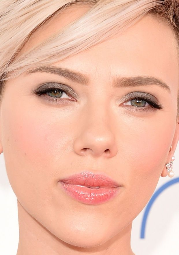 Close-up of Scarlett Johansson at the 2015 Independent Spirit Awards. http://beautyeditor.ca/2015/02/22/independent-spirit-awards-2015