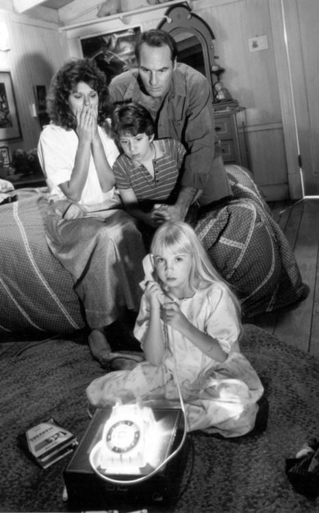 """El horror-soft palomitero de """"Poltergeist"""" marcó un hito en las películas sobre casas y rodajes encantados, donde todos los personajes mueren trágicamente fuera de la pantalla."""