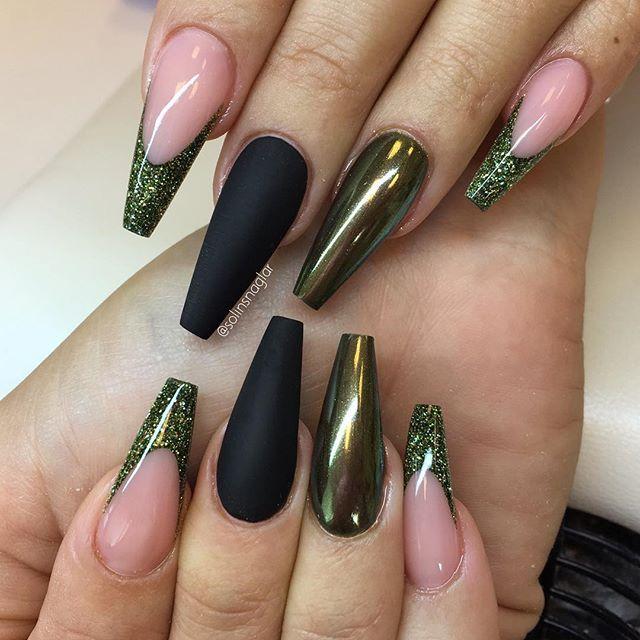 """Svart matt, Chrome Egypt Gold över """"Heavy Green"""" och grönt glitter i franskt allt finns hos Lilly Nails #lillynails"""