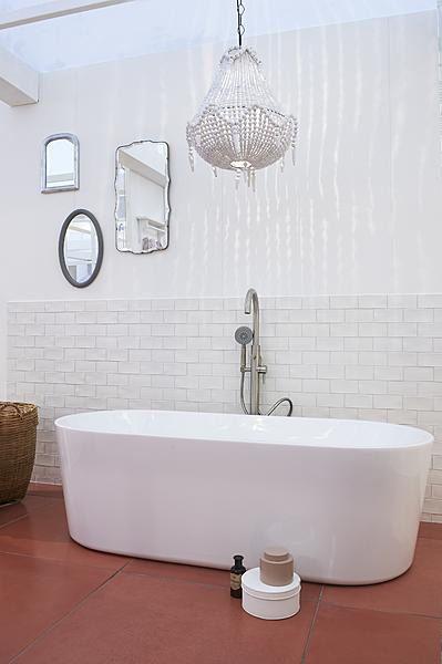 Een mix van stoere materialen, landelijke accenten & vrouwelijke details #badkamer