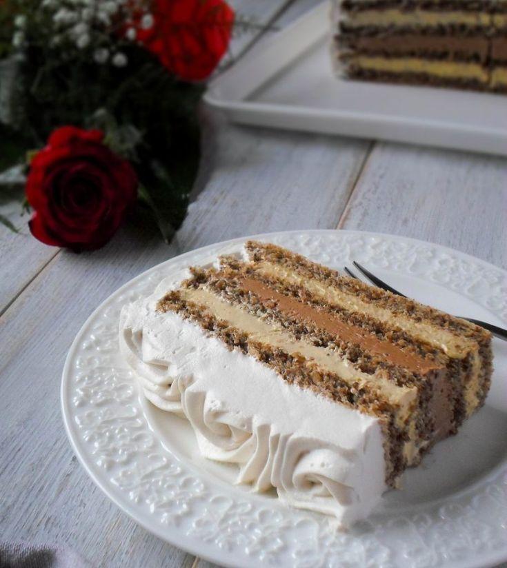 Tort de nucă cu cremă de cappuccino, cremă de cafea si multă multă friscă. Un răsfat dulce, cu arome si gust divin • Gustoase.net