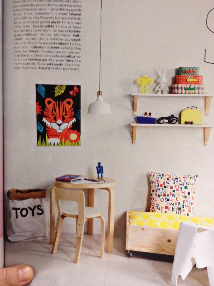 Joko helmikuun Deko-lehti on selattu? Kannattaa. Paljon kivoja vinkkejä lastenhuoneisiin. Sivulla 57 on myös meidän valikoimaa esillä: Tiptoe Tiger printti ja Toys-paperisäkki, jota on muuten taas kaupan hyllyillä!