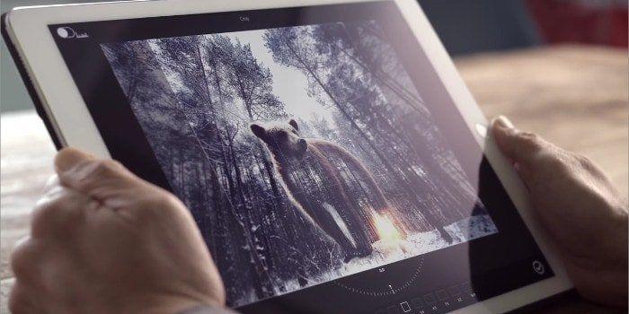 Adobe ha publicado un vídeo donde se puede ver como un usuario utiliza algunas herramientas básicas de un programa de edición de imagen, sólo con la voz. Esta persona da órdenes al iPad para que recorte, gire y escale una imagen, e incluso que la publique en Facebook. https://iphonedigital.com/editar-fotos-imagenes-comandos-voz-adobe-photoshop-siri-ios/ #iphoneapps #iphonedigital #apple